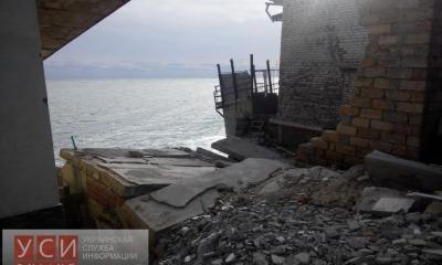 В Ильичевске в море сползают жилые дома (фото) «фото»