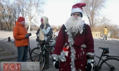 В центре Одессы Деды Морозы взгромоздились на велосипеды (фото) «фото»