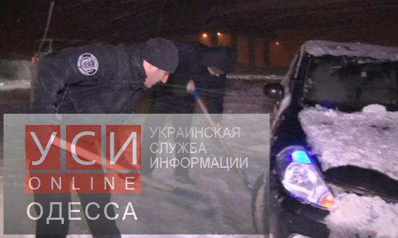 Главный полисмен помогает расчищать снежные заносы (фото, видео)