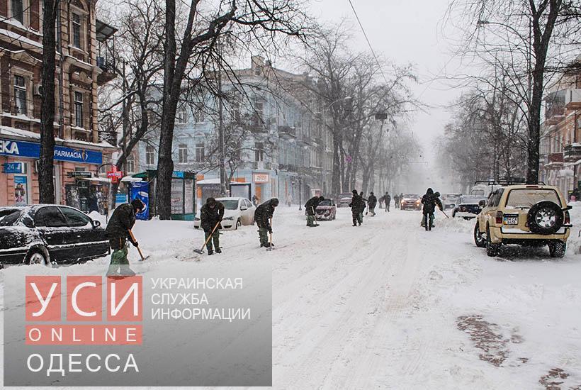 В уборке снега в Одессе поучаствовали и сотни нацгвардейцев «фото»