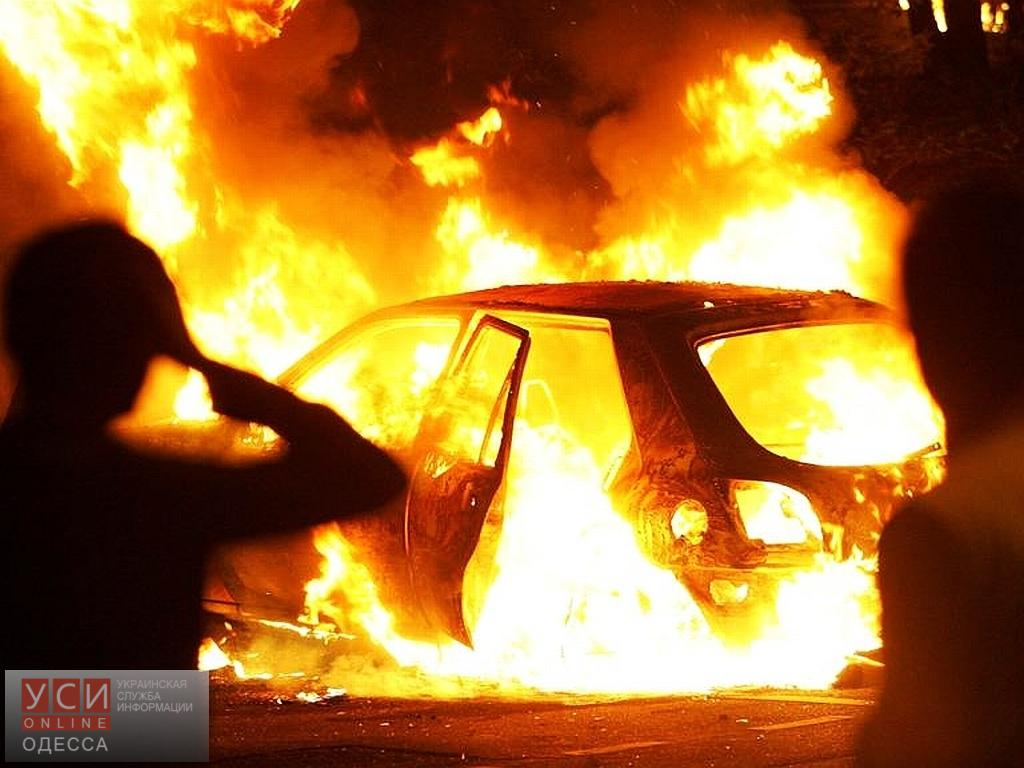 В центре Одессы горела дорогая иномарка