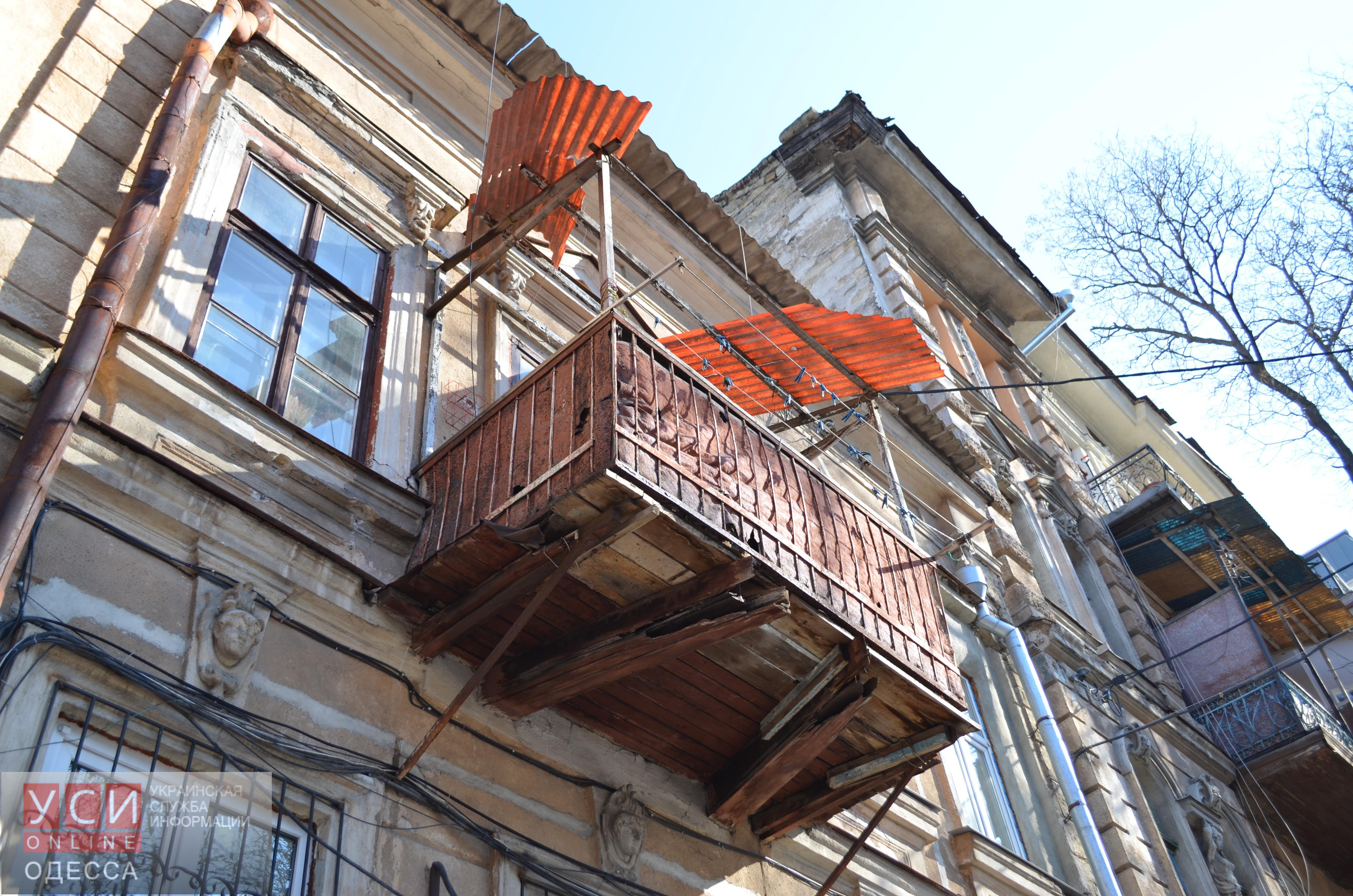 Аварийный балкон в центре одессы несет большую опасность для.