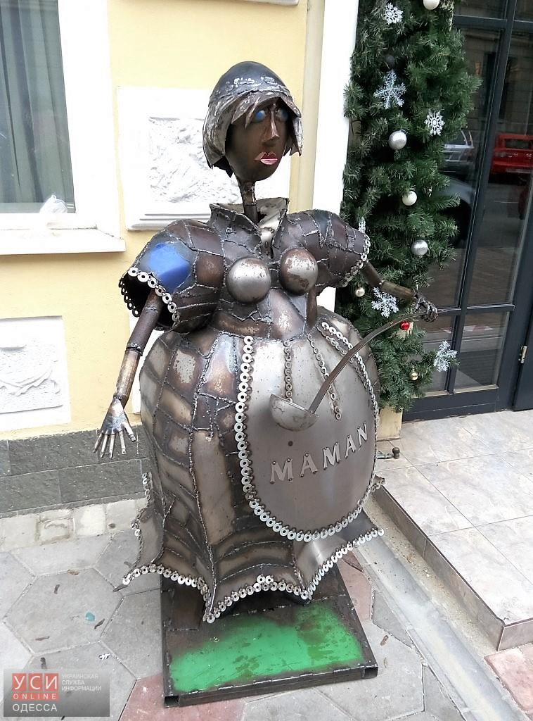 Мини-памятник Маман на улице Ланжероновской