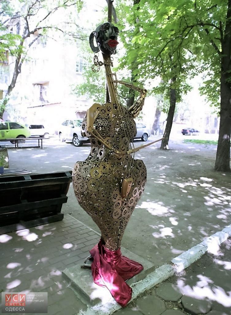 Женщина-контрабас на ул. Семинарской