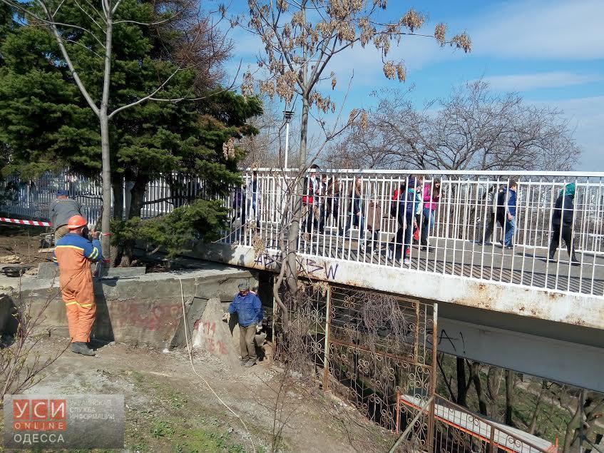 По Тещиному мосту, который должны были закрыть, свободно передвигаются пешеходы и велосипедисты «фото»