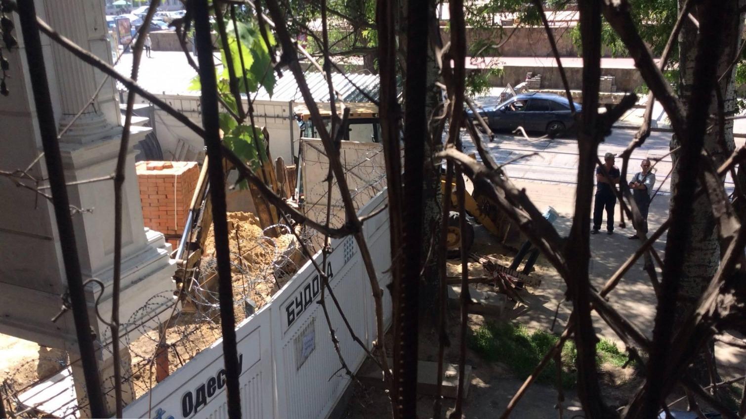 Строители снова пробили трубу напротив одесской Музкомедии (обновлено) «фото»