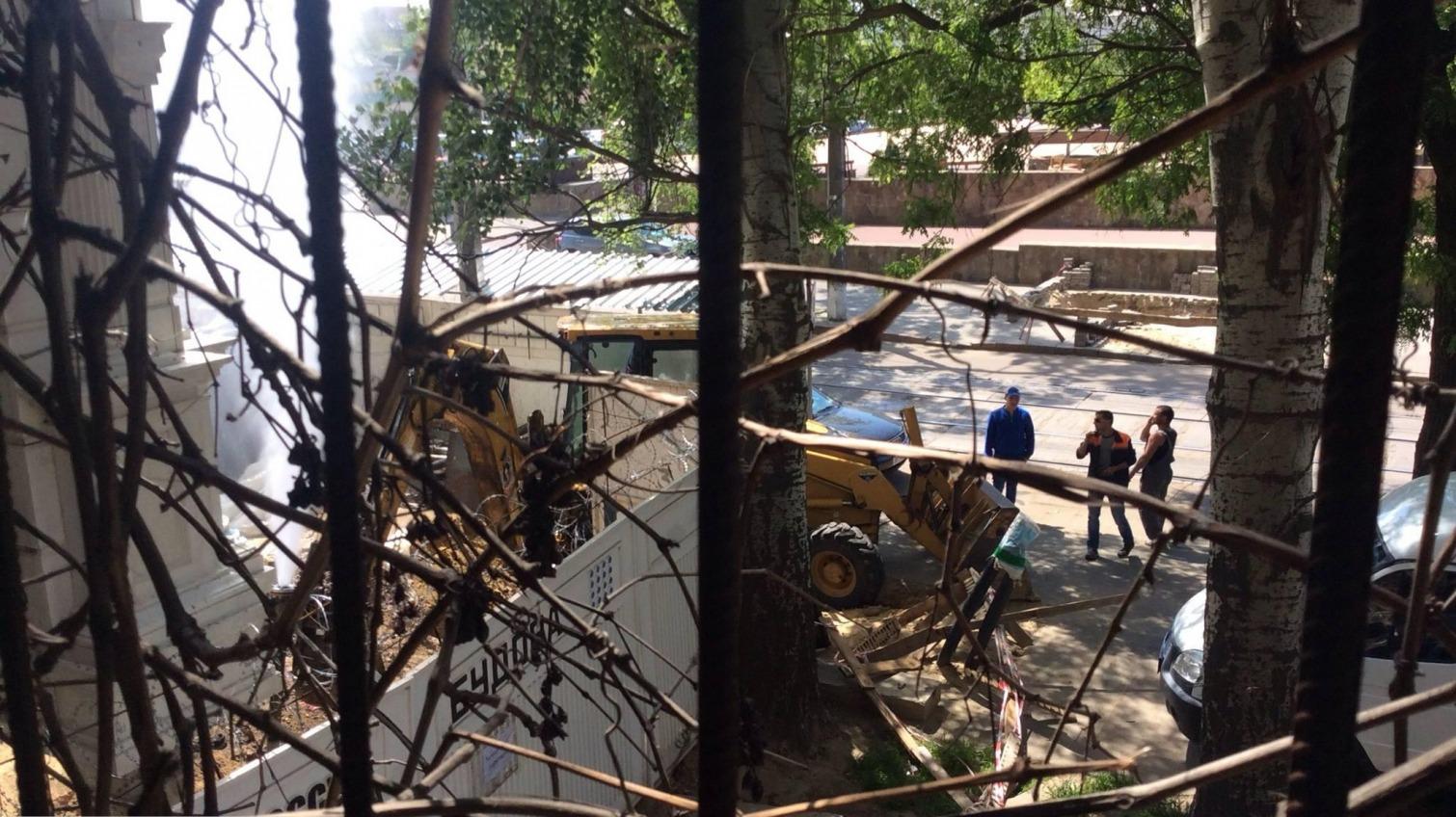 Напротив одесской Музкомедии забил фонтан: строители высотки пробили водопроводную трубу (фото) «фото»