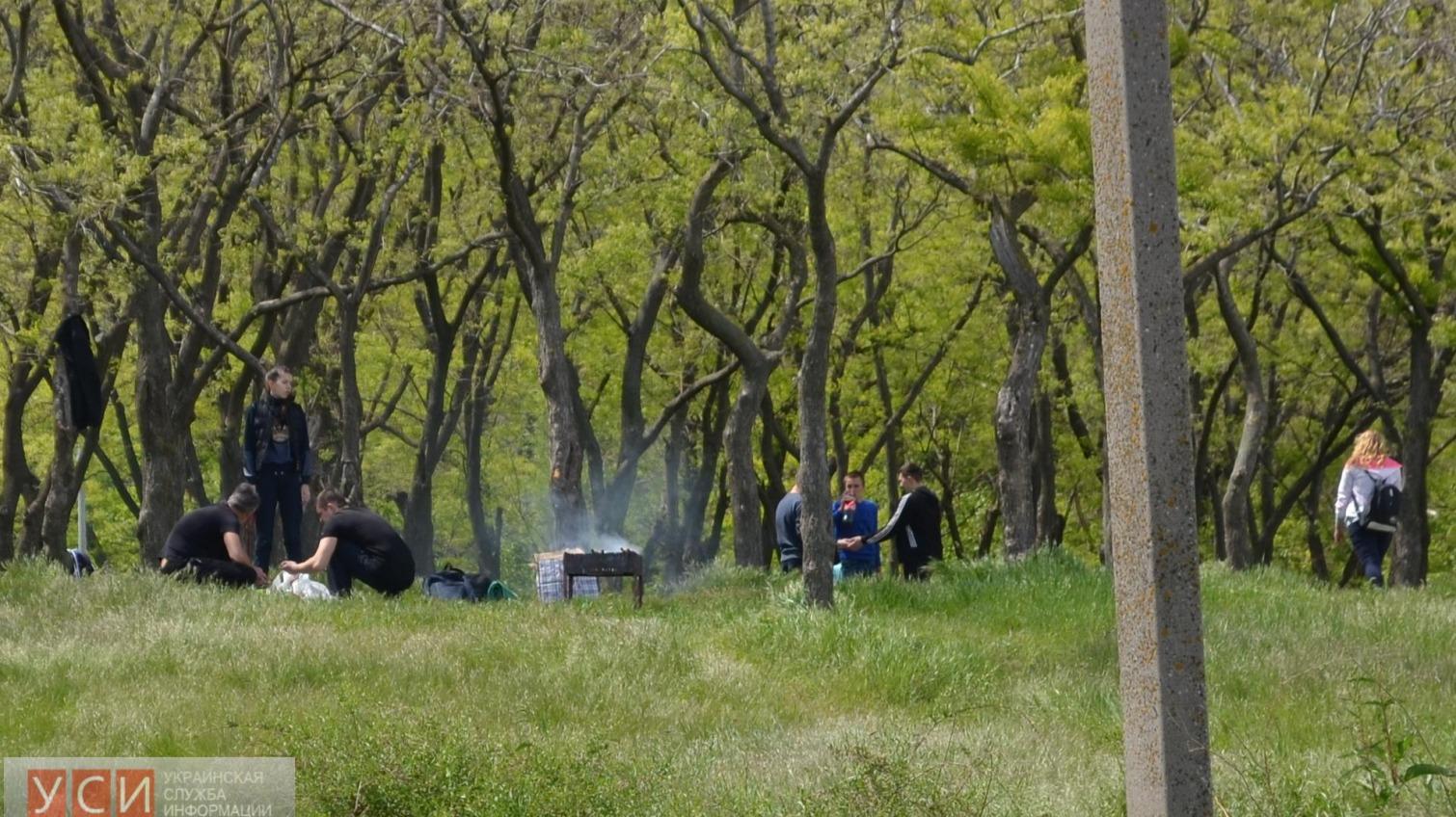 Тысячи одесситов устроили пикники на склонах вдоль Трассы здоровья (фото) «фото»