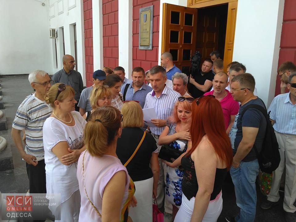 Обманутые вкладчики «Золотого Берега» не смогли добиться встречи с одесским мэром и его заместителем «фото»