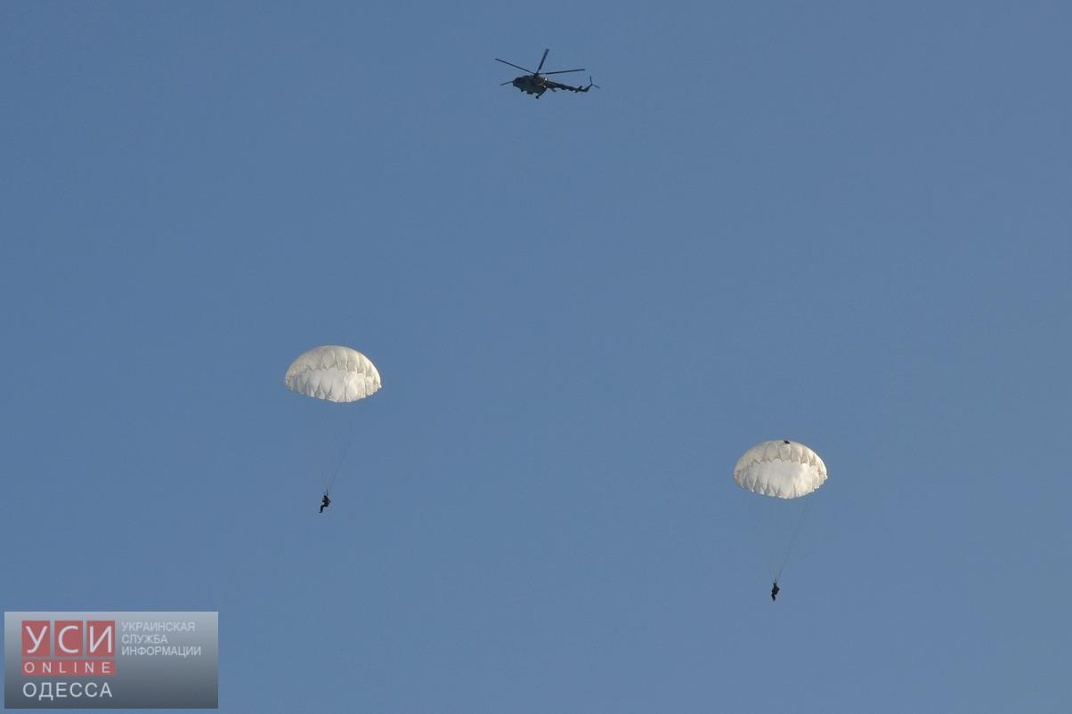 Курсанты Одесской военной академии десантировались на парашютах в море (фото) «фото»