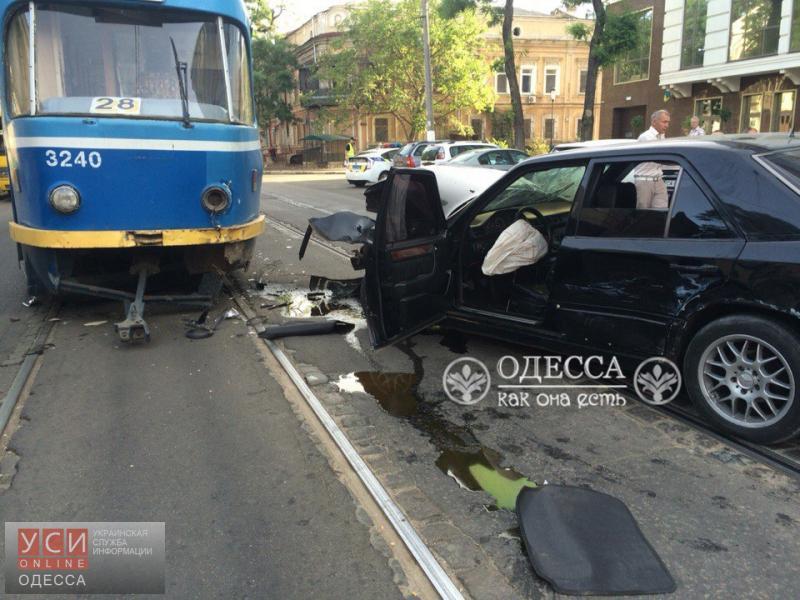«Mercedes» протаранил трамвай в центре Одессы «фото»