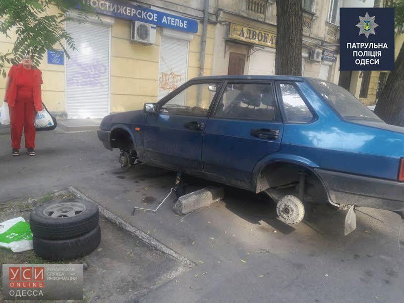 В центре Одессы мужчина снимал колеса с чужих автомобилей «фото»