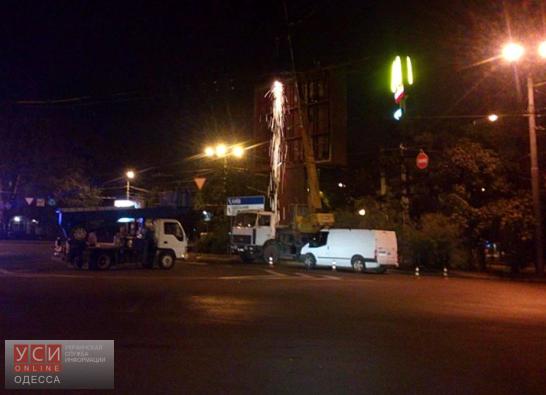 В Одессе демонтировали самую дорогую рекламную конструкцию