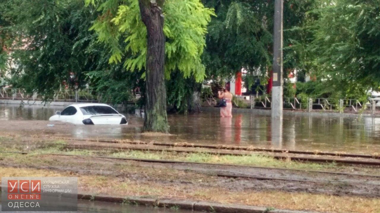 Сильный дождь приостановил трамваи итроллейбусы вОдессе