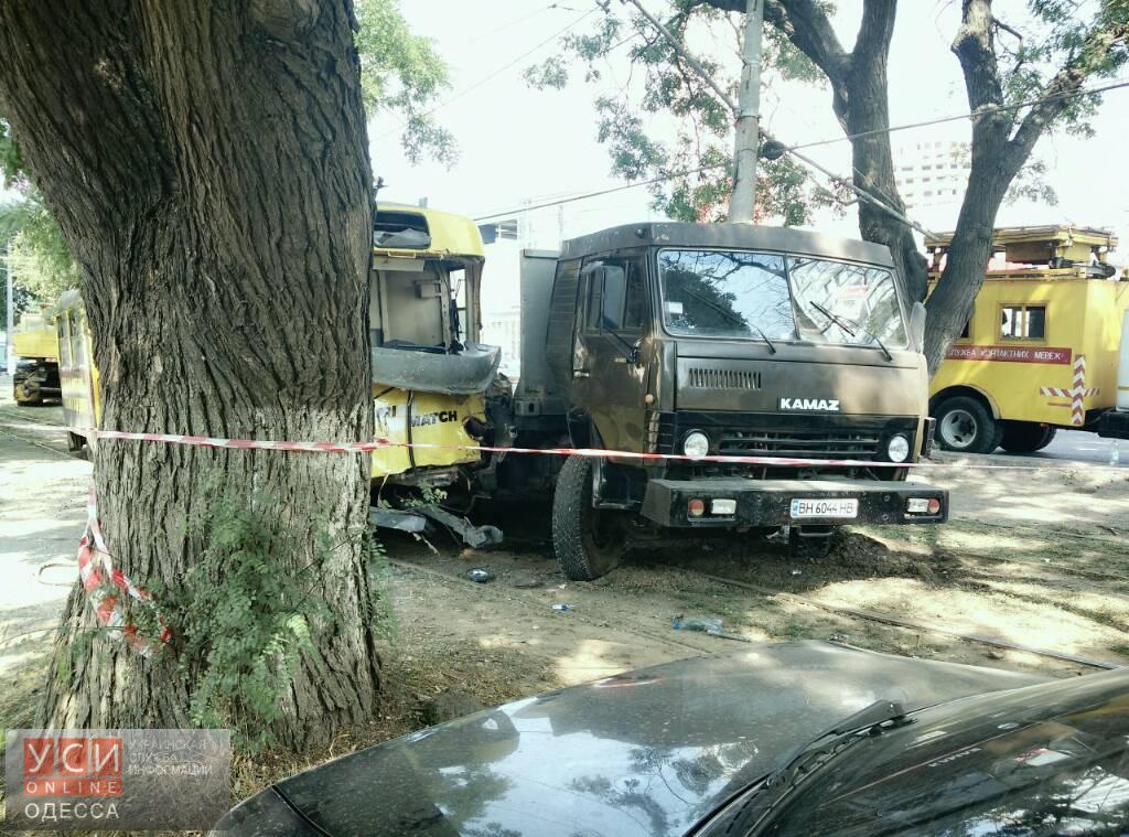 ДТП наТаирова: грузовой автомобиль неразминулся страмваем