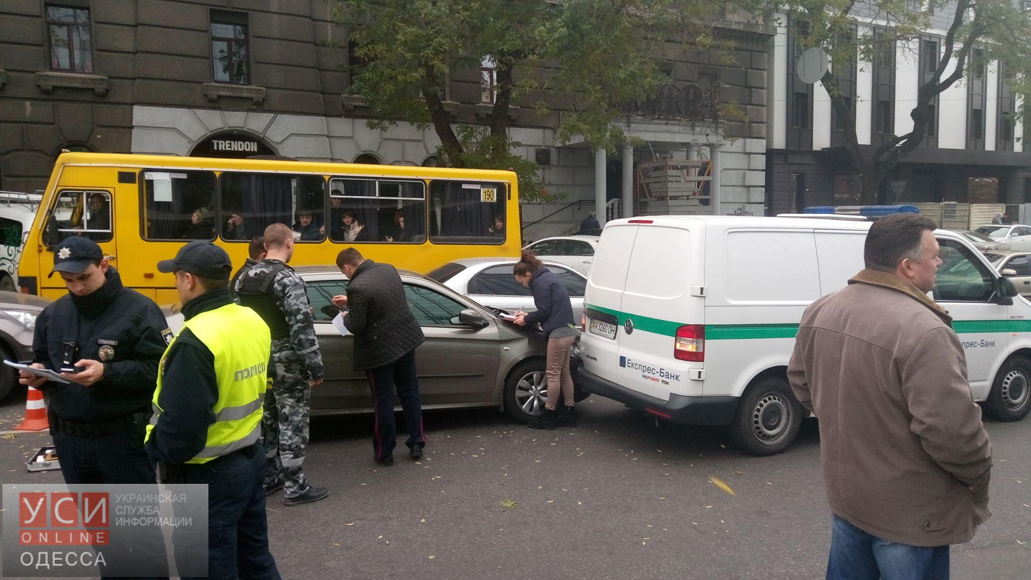 НаПольском спуске шофёр легковушки врезался винкассаторский автомобиль и убежал