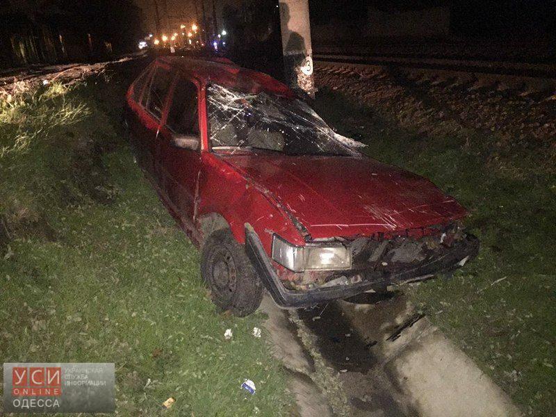Поезд протаранил автомобиль, застрявший на рельсах на Молдаванке (фото) «фото»