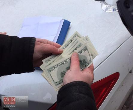 ВОдесской области задержали женщину, которая пробовала дать взятку в1500 долларов