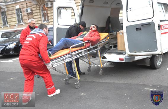 Уздания милиции вОдессе упал окровавленный мужчина