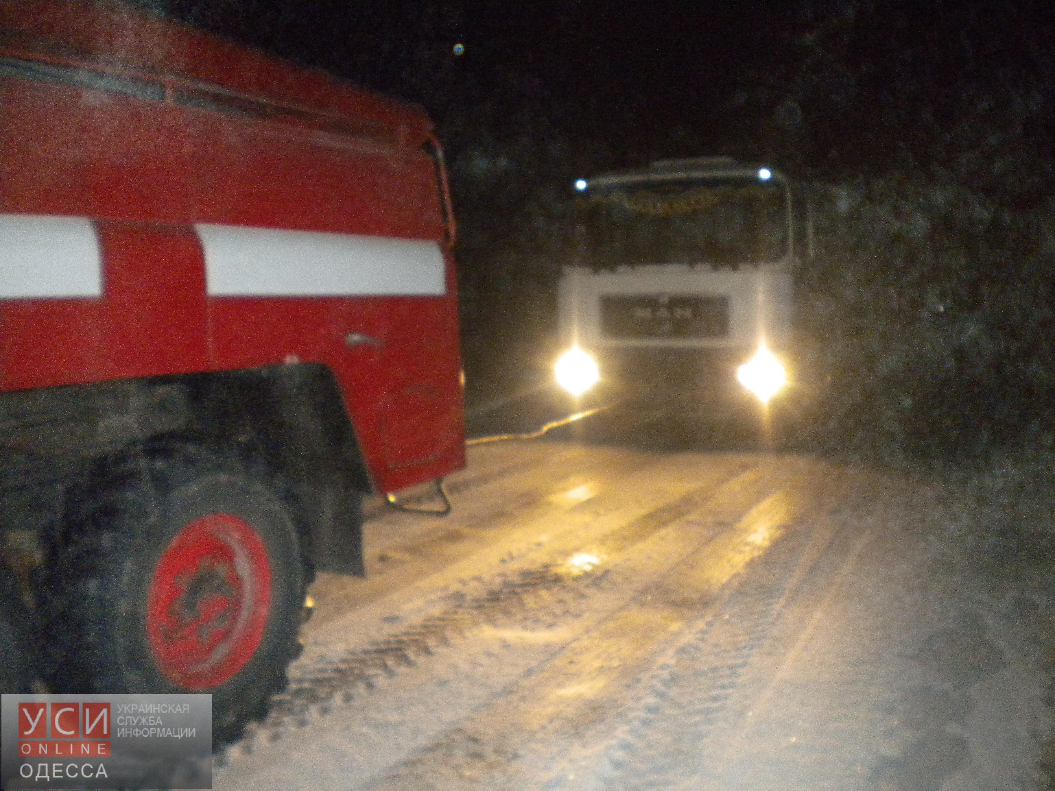 Cотрудники экстренных служб Одесской области вытянули изкювета легковую машину ипомогли пересилить подъем грузовику