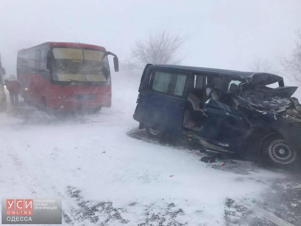 В метель в Одесской области столкнулись пассажирский автобус и «Газель»: пострадала женщина (фото)