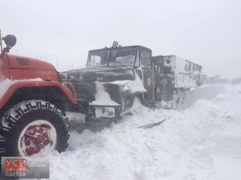 Кзастрявшим на трассах Одесской области авто прорвалась военная техника