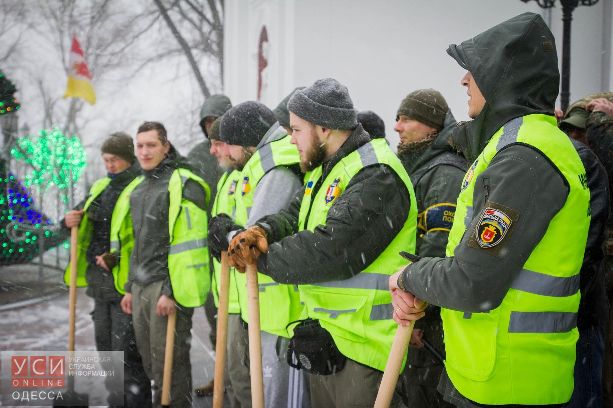 Одесская «Муниципальная охрана» во время снегопада патрулирует город с лопатами (фото)