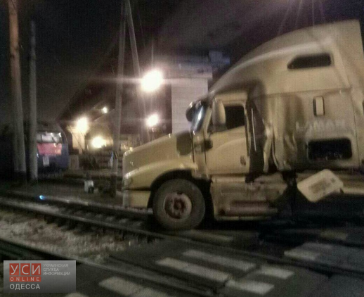 ВОдессе поезд столкнулся с грузовым автомобилем