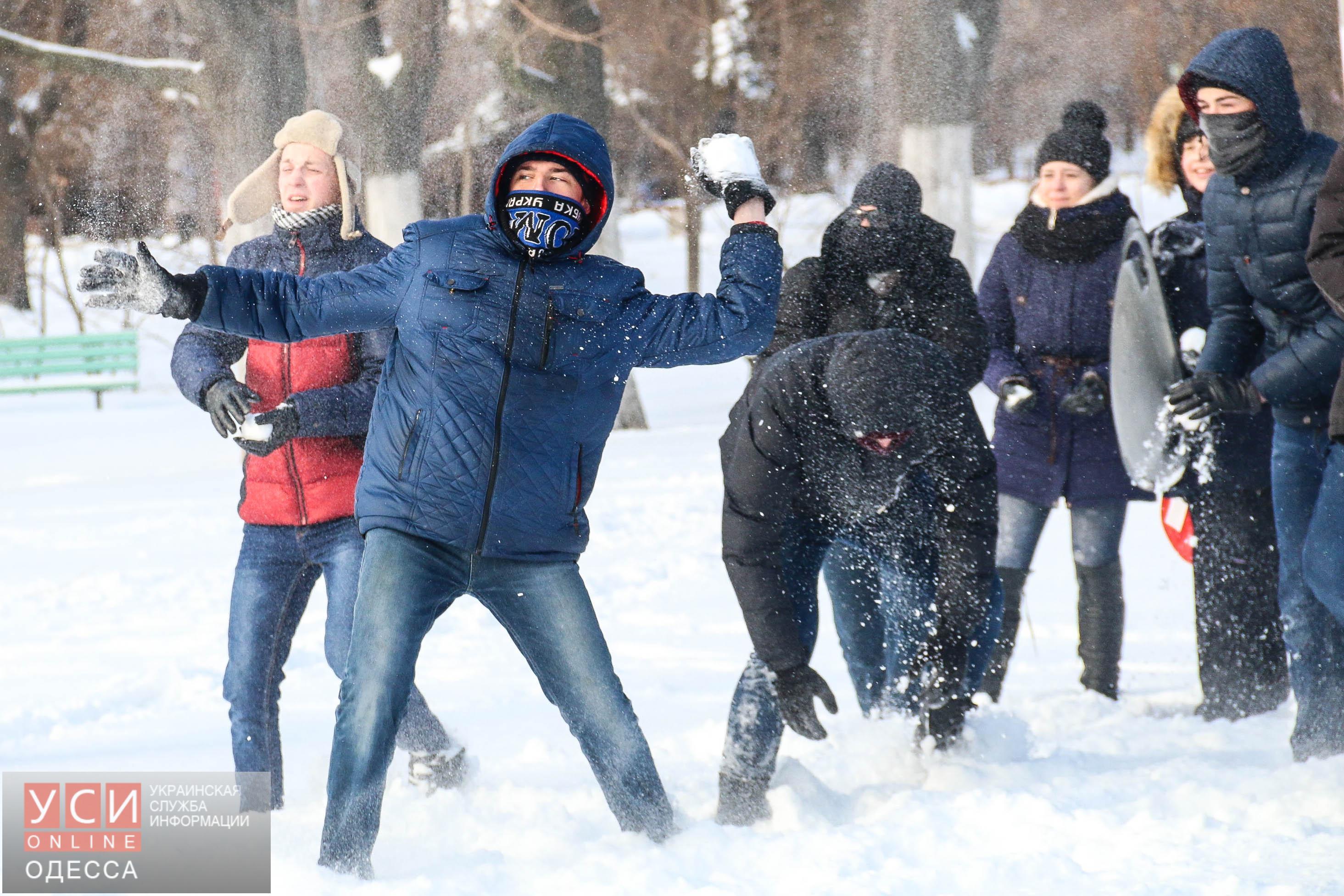 В парке Победы несколько десятков одесситов забросали друг друга снежками (фоторепортаж)