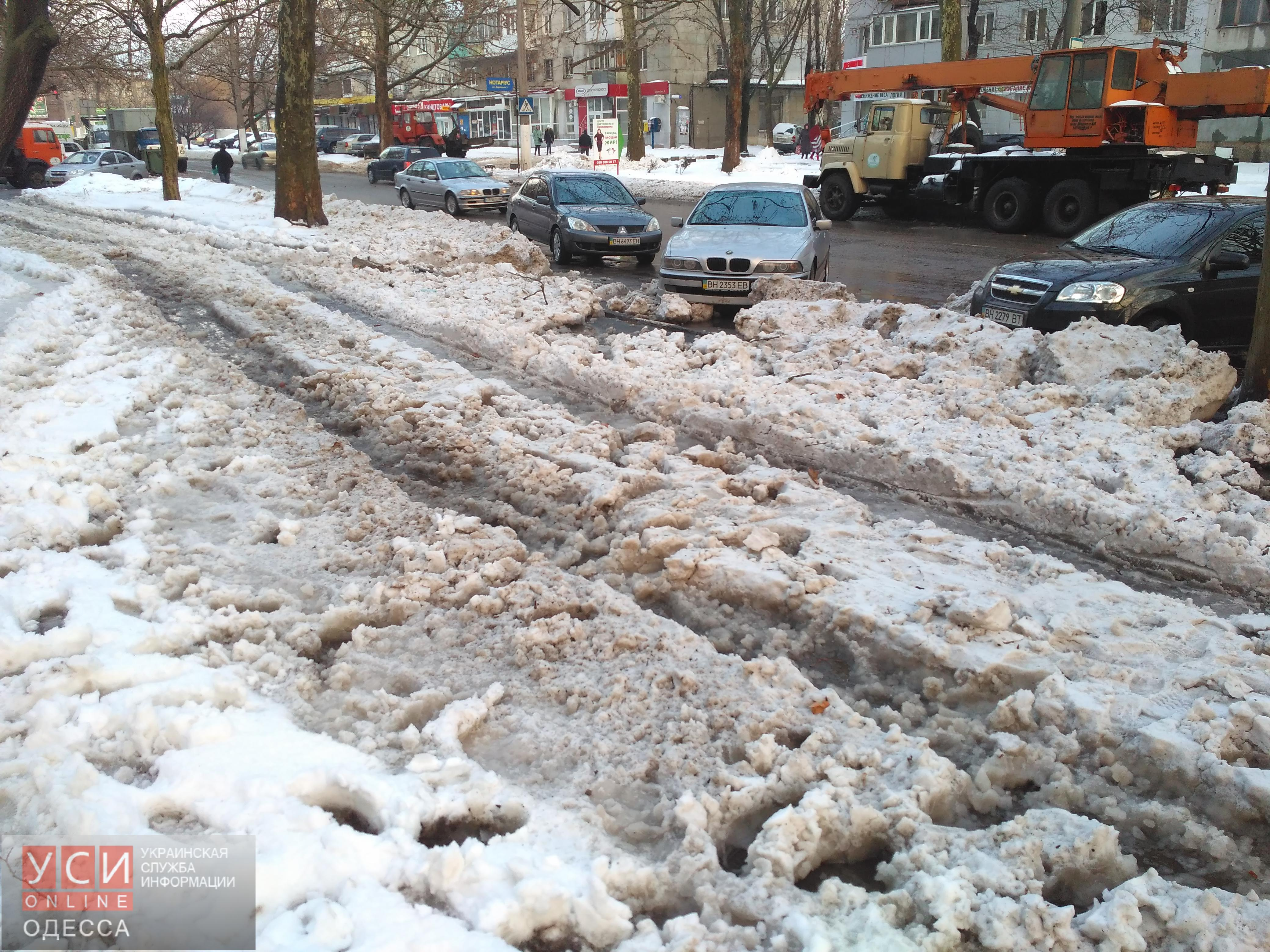 Жители Черемушек остались без воды: на Варненской прорвало трубу и затопило несколько кварталов (фото, видео, обновлено)