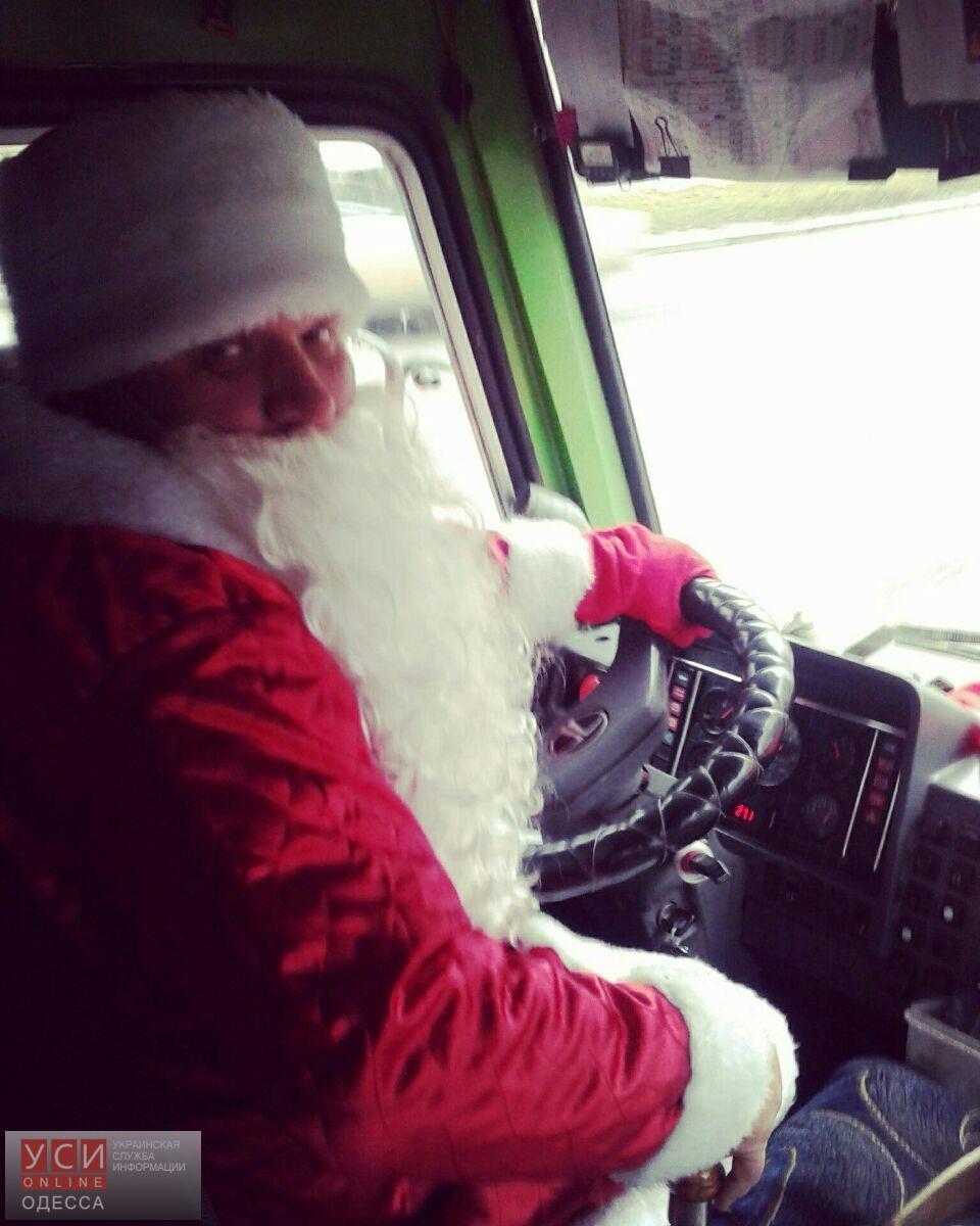 В Одессе водители маршруток переоделись в Дедов Морозов (фото)