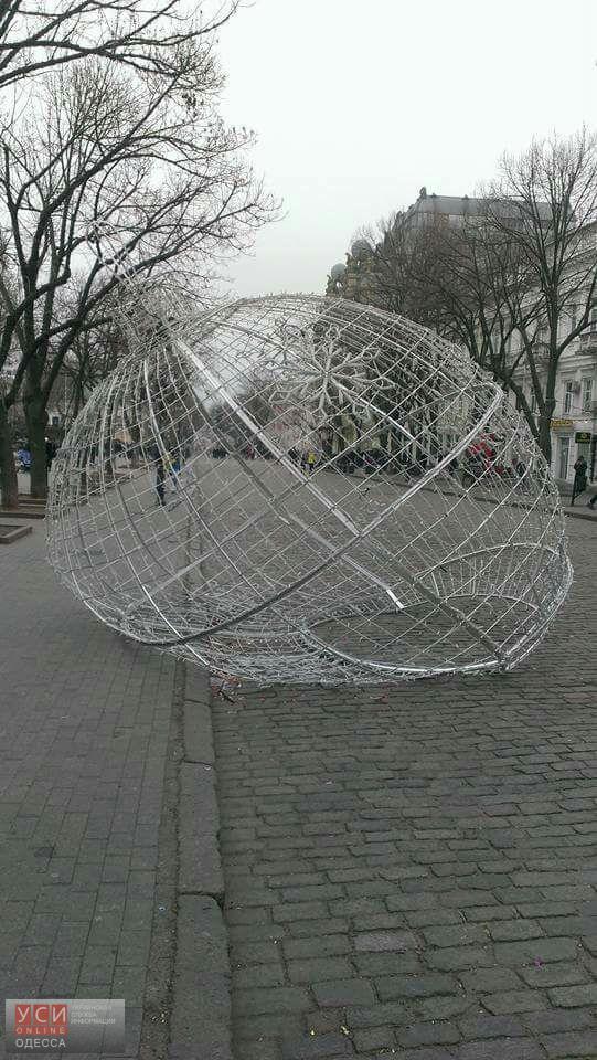 В новогоднюю ночь сломали огромный светодиодный шар на Дерибасовской