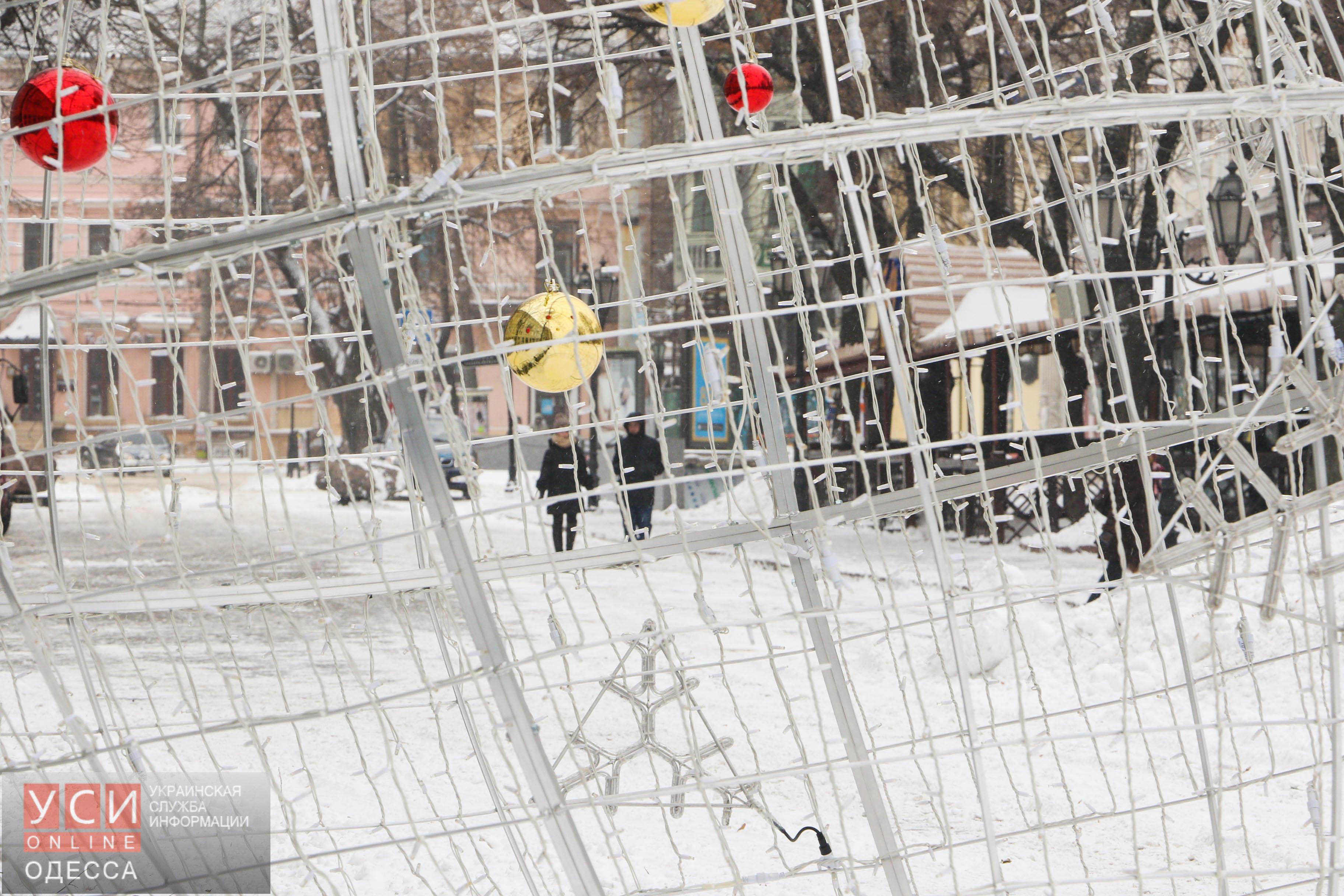 Центр Одессы во второй день метели: фоторепортаж