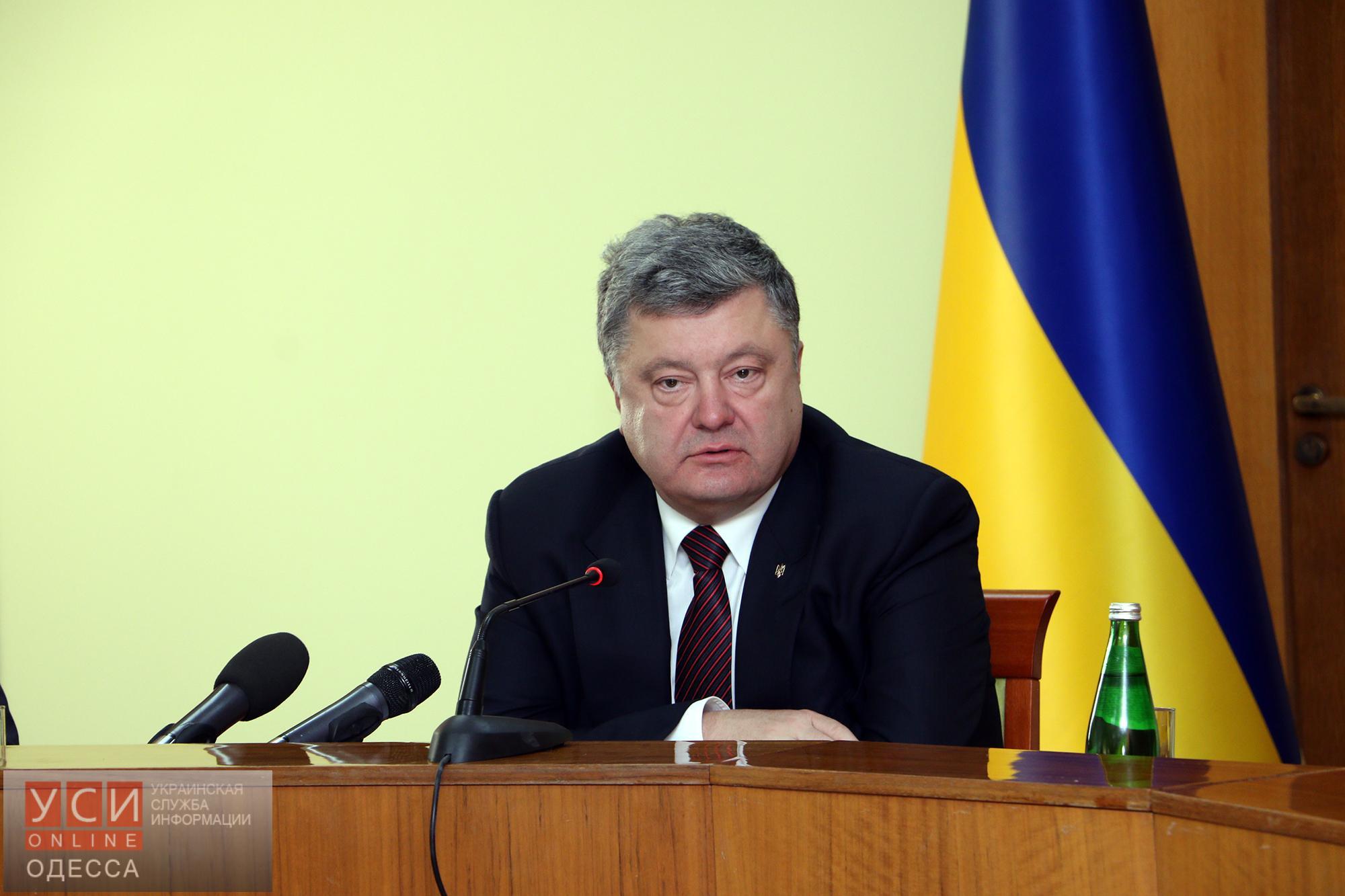 """Президент раскритиковал Саакашвили за """"самый дорогой в Украине"""" ремонт дорог"""