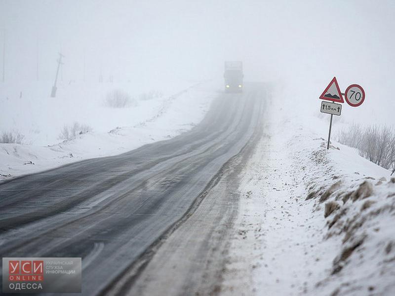Из-за снегопада полностью перекрыты дороги в девяти районах Одесской области