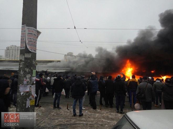 На легендарном рынке вОдессе произошел интенсивный пожар: появились фото ивидео