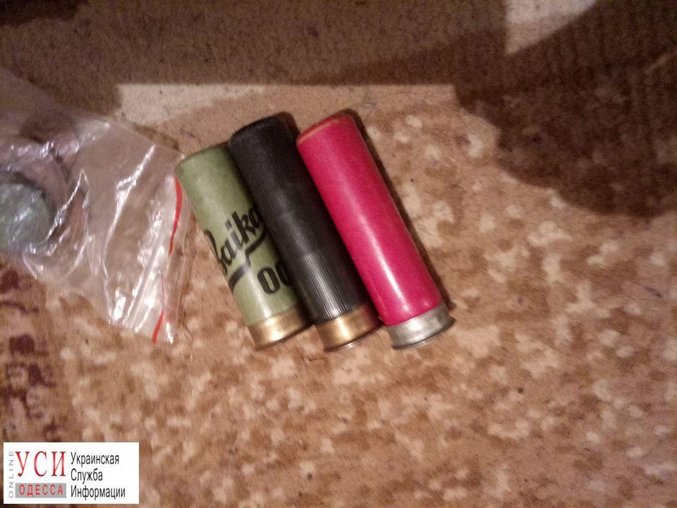 В доме жителя Одесской области, стрелявшего в свою сожительницу, обнаружили боеприпасы и наркотики (фото) «фото»