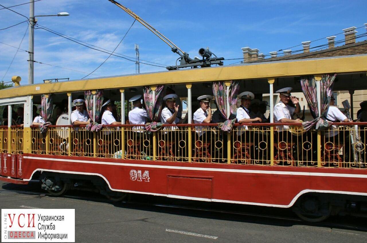 25 лет ВМСУ: по Одессе проехал трамвай с оркестром (фото, видео) «фото»