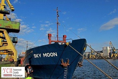 Полгода без зарплаты: моряки забаррикадировались на конфискованном судне в Измаиле «фото»