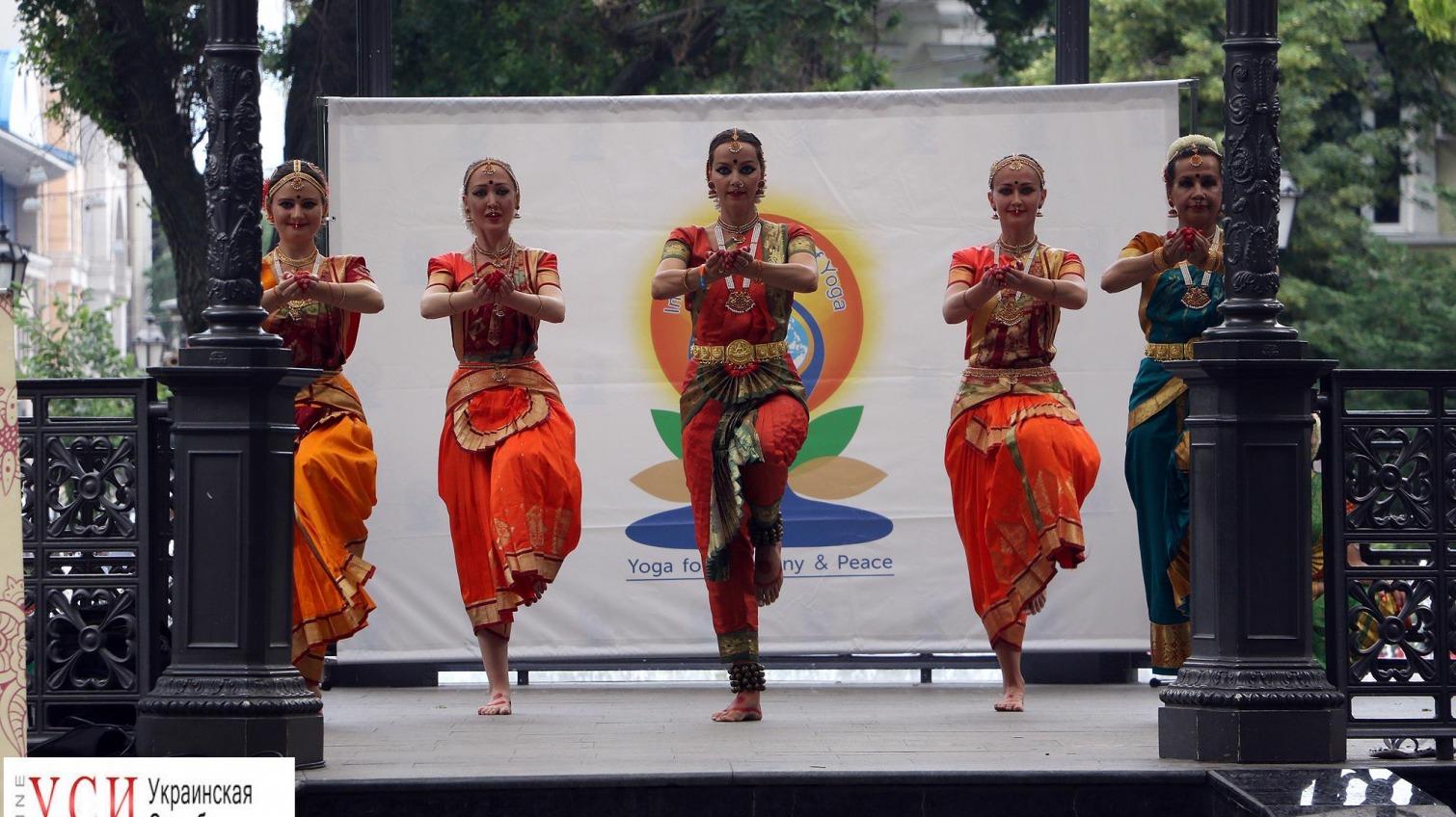 Индийские танцы и дыхательные практики в Горсаду: одесситы отметили День йоги (фоторепортаж) «фото»