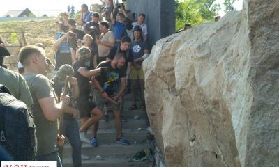 Драка на Чкаловском пляже: охрана не дала активистам сломать ворота, пустили газ (фото, видео, обновляется) «фото»