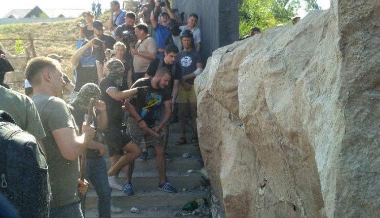 Драка на Чкаловском пляже: охрана не дала активистам сломать ворота, пустили газ (фото, видео, обновляется)