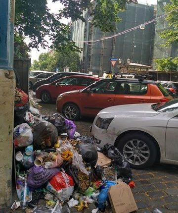 Как во Львове: на Дерибасовской не убирают груды мусора (фотофакт)