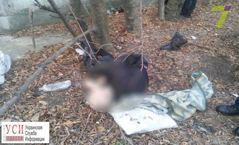 Возле Малиновского райсуда насмерть замерз бездомный (фото) «фото»