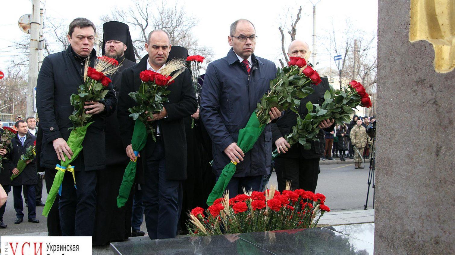 Одесситы возложили цветы к памятному знаку жертвам Голодомора (фото) «фото»