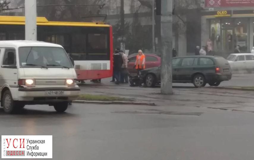 Машина столкнулась с троллейбусом на 5-й станции Большого Фонтана (фото) «фото»