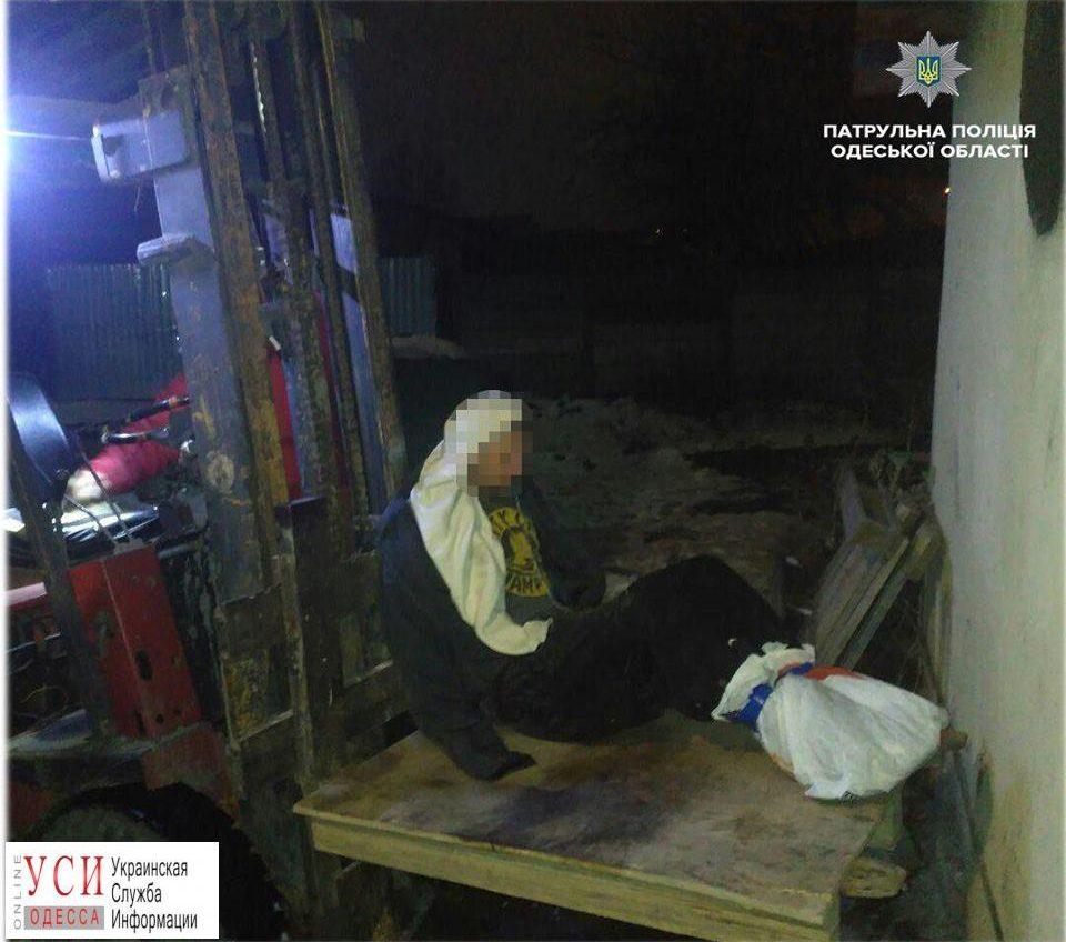 Патрульные спасали мужчину, который примерз к крыше дома (фото) «фото»
