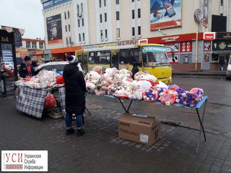 Ажиотаж ко Дню святого Валентина: в Одессе на улицах массово торгуют комплиментами и подарками (фото) «фото»