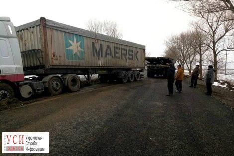 Зерновоз съехал в кювет и заблокировал проезд по трассе из Рени в Молдову «фото»