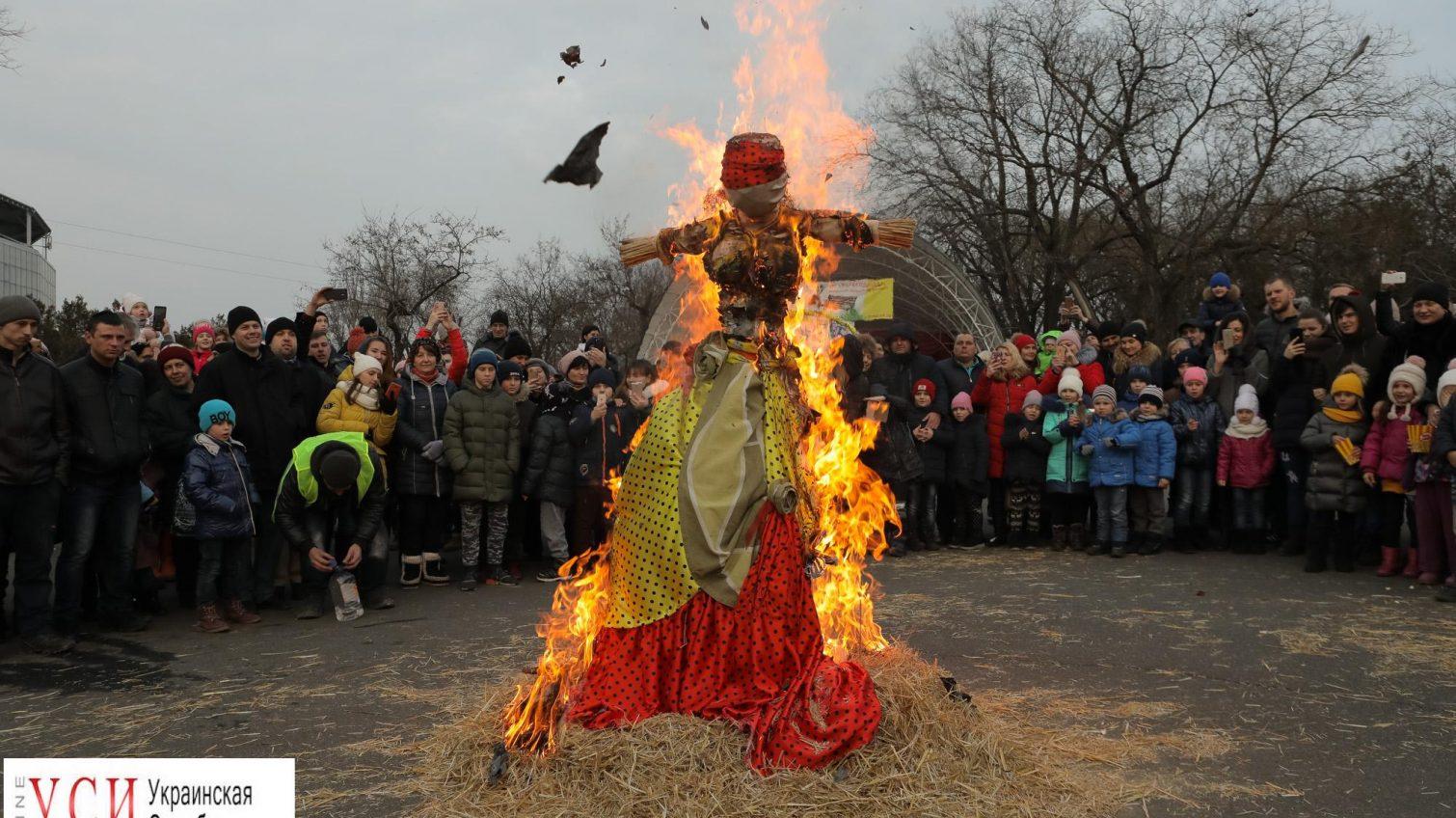 Одесситы проводили зиму: съели блины и сожгли чучело (фоторепортаж) «фото»